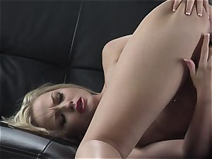 Alexis Texas likes thumping her fingers in and out of her slimy honeypot