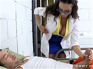 mind-blowing prison medic Ariella Ferrera jerks off her patient